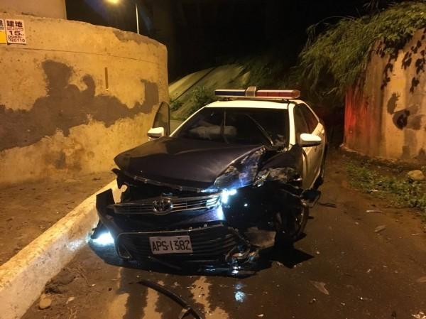 新竹縣竹東派出所警車值勤時疑因過彎失控撞上高架橋下橋墩,車頭嚴重毀損。(圖由警方提供)