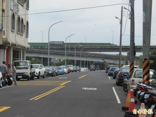 龍井區龍山街終於打通,向上路可直通龍山街,不必再繞路(記者蘇金鳳攝)