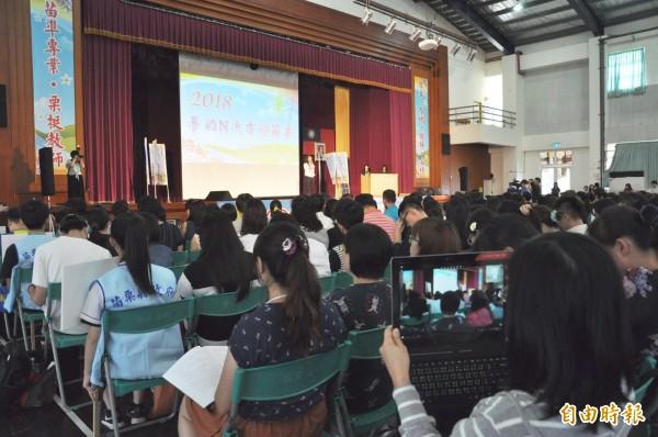 參與研習的教師以筆電直播分享。(記者彭健禮攝)