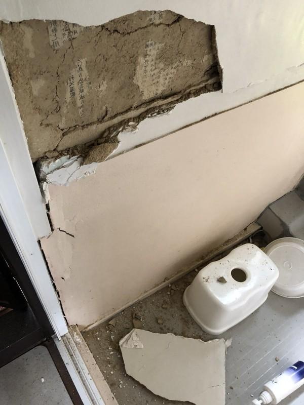 大阪強震後,有日本網友貼出家中浴室的牆壁驚現「神秘文字」。(圖擷自「素潜り旬」推特)