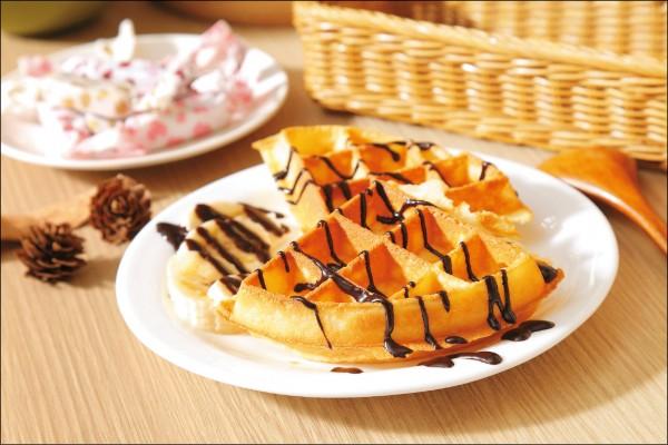 巧克力香蕉鬆餅/150元,使用雞蛋做為鬆餅鬆軟口感的來源,餅香中帶有一股溫和的蛋香,在咀嚼入喉時瞬間四溢,是會讓人會心一笑的滋味。(記者陳宇睿/攝影)