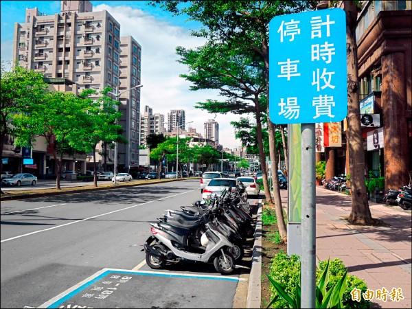 高市公有路邊、路外停車場,7月1日起對電動汽機車提供停車優惠。(記者王榮祥攝)