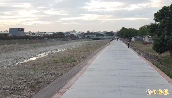 為串連霧峰乾溪自行車道,在立委何欣純協助下,教育部確定補助在乾溪橋上游興建串連921地震教育園區的自行車道,完成最後一哩路。(記者陳建志攝)