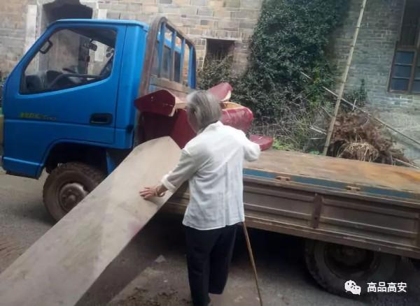 中國江西高安市民眾家中存放的棺木被全部上繳,老人依依不捨存了多年的棺材本。(圖擷取自網路)