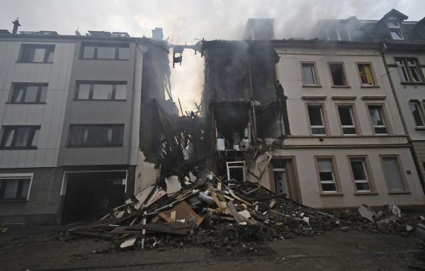 德國伍珀塔爾一棟公寓週六(23)深夜突然發生爆炸,造成25人受傷,其中至少5人重傷。(美聯社)