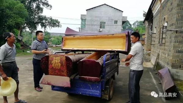 中國江西高安市民眾家中存放的棺木被全部上繳。(圖擷取自網路)