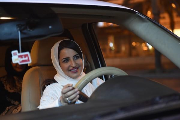 沙烏地阿拉伯女性終於可以開車了,但仍然不能在沒有監護人的同意下去辦銀行帳戶。(法新社)