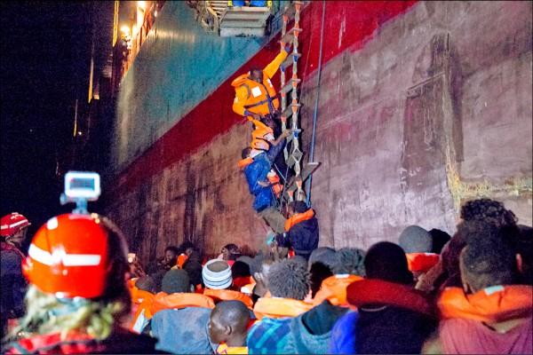 德國非政府組織「任務生命線」發佈的照片顯示,全球貨櫃航運業龍頭、總部設於丹麥的「馬士基航運」(Maersk Line)旗下一艘貨櫃船,22日在義大利南部外海救起113名移民。(法新社)