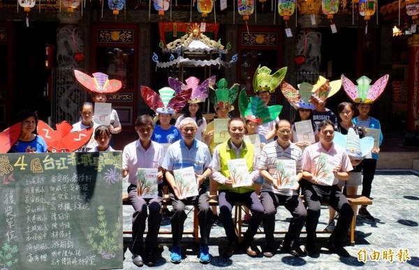 第4屆台江流域學習獎,在海尾朝皇宮舉行頒獎典禮,獲獎學生戴著台灣暗蟬面具參加。(記者蔡文居攝)