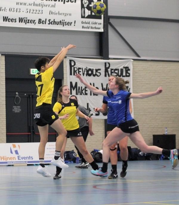 合球(Korfball)也被稱為荷蘭式籃球,採男女混合制,比賽中不得運球,須透過移位、傳球和投籃得分。(記者陳心瑜翻攝)
