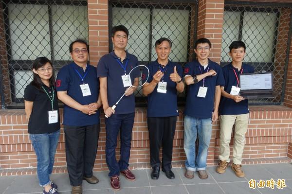 中山大學資訊管理系團隊研發「穿戴式科技羽球教學輔助系統」,透過穿戴式手環收集羽球國手揮拍擊球的力道狀況。(記者方志賢攝)