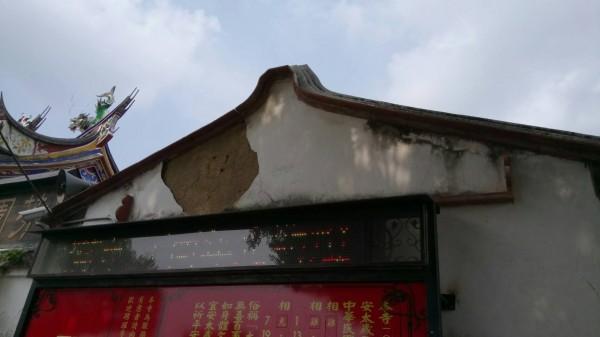 彰化縣芬園鄉寶藏寺屋頂位移、屋面瓦下滑,整修迫在眉睫。(圖彰化縣文化局提供)