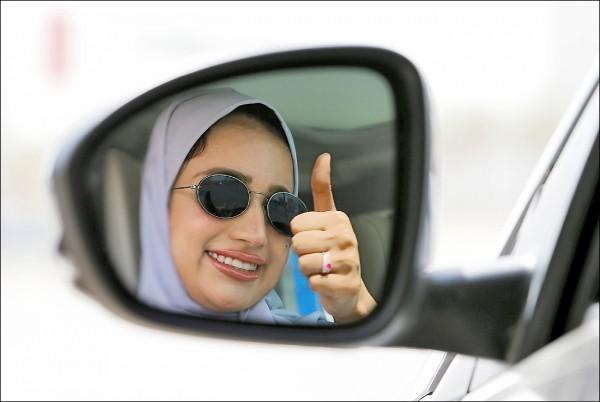 沙烏地阿拉伯24日正式解除禁令,開放領有駕照的女性合法駕車上路。(路透)
