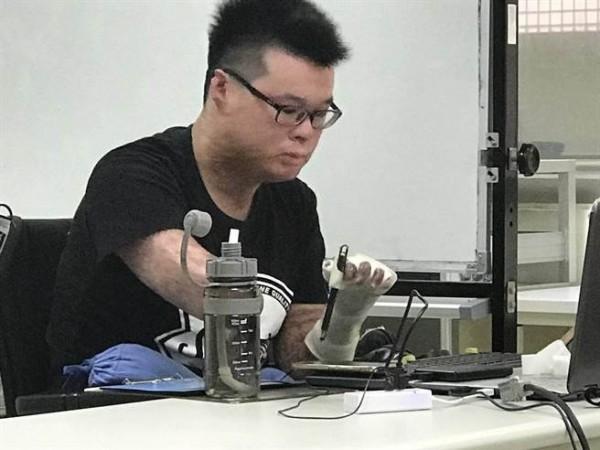 八仙傷友黃博煒也曾受盡網路霸凌,但他選擇不回應,用行動證明自己,「這些質疑言論經過3年已不攻自破,因為他活得比他們想像中還要好。」(犯保士林分會提供)