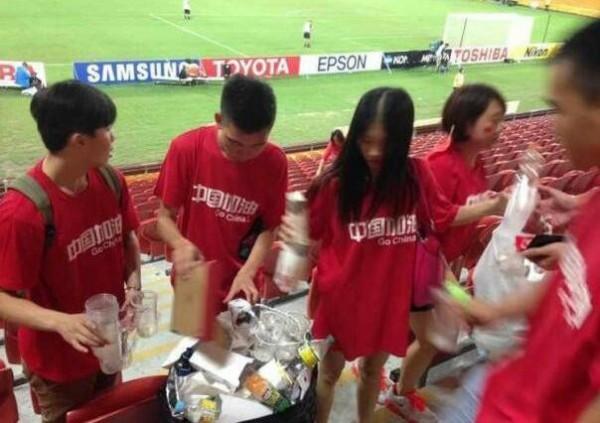 世界杯足球賽賽事熱烈,日本球迷因觀賽之餘不忘拿出垃圾袋主動清理垃圾,引發各界好評。不過有中國網友質疑,也有許多中國球迷會在觀賽後一併把垃圾帶走,卻沒有獲得外界相應的關注。(圖擷取自網路)