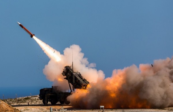 沙烏地阿拉伯首都利雅德遭受葉門叛軍胡塞(Houthi)發射的2枚飛彈襲擊,沙國隨即以愛國者飛彈成功攔截。愛國者飛彈發射示意圖。(美聯社)