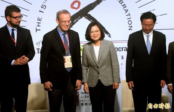 美國國家民主基金會執行長葛胥曼(左二)深信台灣絕大多數人願意挺身抵抗面對中國霸權。(記者林正堃攝)