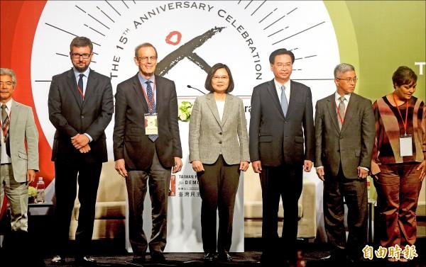 蔡英文總統昨參加台灣民主基金會舉辦的15週年國際會議,並與出席貴賓合影留念。(記者林正堃攝)