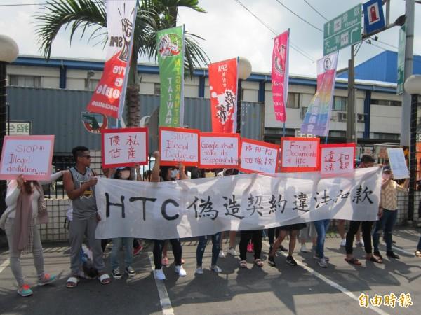 宏達電移工趁公司召開股東會,到會場外抗議。(記者謝武雄攝)