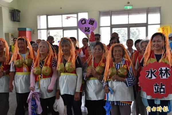社區長輩變身航海王裡的角色參加愛老人運動會,展現不老精神。(記者黃淑莉攝)