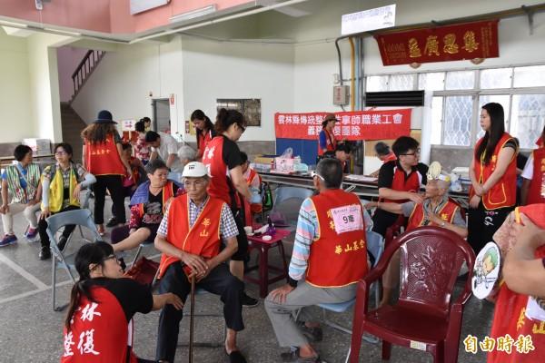 現場還有雲林縣推拿職業工會志工替長輩按摩舒緩筋骨酸痛。(記者黃淑莉攝)