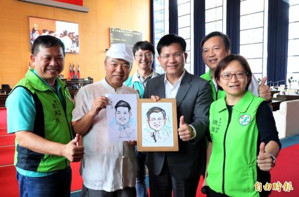 市議員張雅旻(前排右1)邀街頭藝人徐滄鈦(前排左2)到議場為市長林佳龍(前排右2)素描。(記者張菁雅攝)