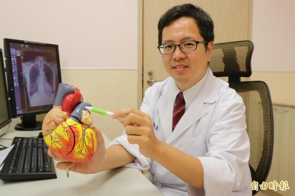 亞大醫院心臟內科主治醫師許楹奇提醒民眾長期久坐沒動,容易出現肺動脈栓塞的狀況。(記者陳建志攝)