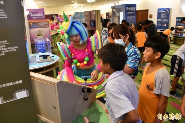 科工館結合飯店免費看展,吸引學童參觀。(記者蔡宗憲攝)