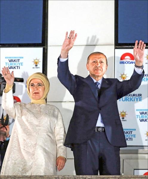 土耳其總統艾多根廿五日凌晨偕其妻子艾米內(Emine Erdogan,左)在首都安卡拉的執政黨「正義與發展黨(AKP)」總部陽台,向數萬名支持者發表勝選感言。(法新社)