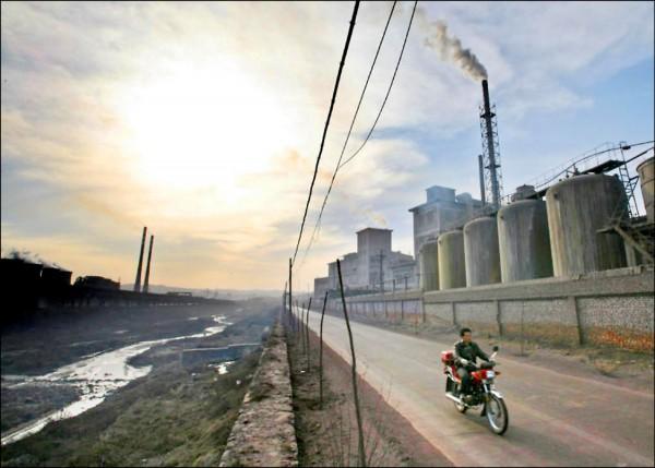 紐約時報二十四日披露,破壞臭氧層的化學物質一氟三氯甲烷排放量近年來離奇上升,主要來源可能是中國工廠。圖為中國山西省陽泉市的工業區。(路透檔案照)