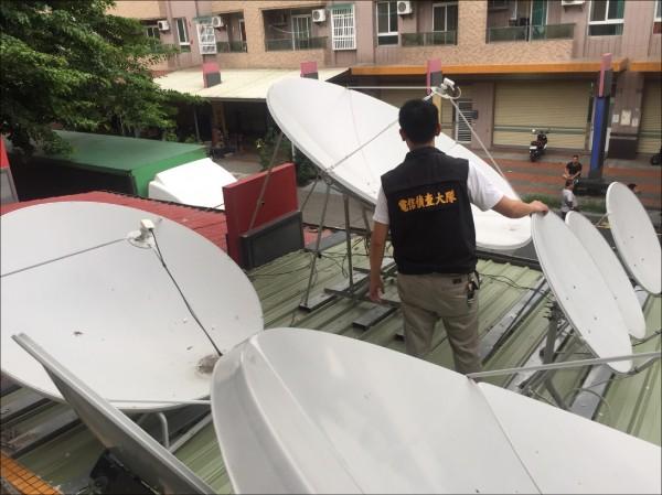 警方破獲大型地下截波合法電視頻道的訊號機房,其專業程度直逼合法訊號機房。(記者姚岳宏翻攝)