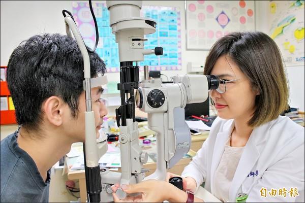 眼科醫師建議,近距離用眼每三十分鐘,就要休息十分鐘。圖為情境畫面,圖中人物非本新聞事件人物。(記者張聰秋攝)