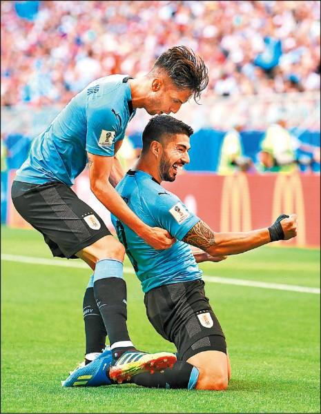 不咬人的蘇阿雷茲(右)果然更厲害,這位明星前鋒開賽不過10分鐘,就靠著自由球直接低射破網,烏拉圭最終3:0痛宰東道主俄羅斯,以A組首席之姿晉級16強。(路透)