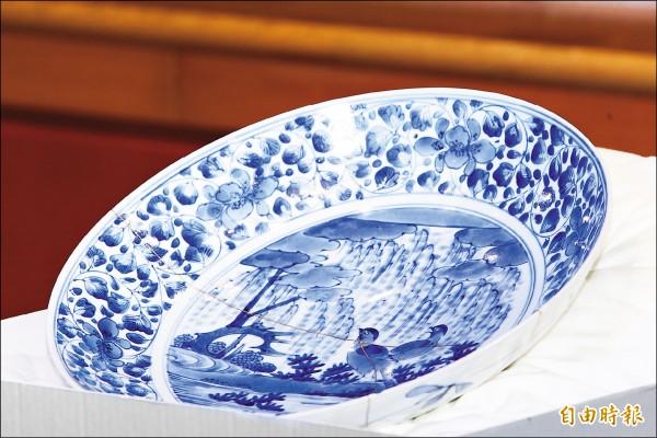 故宮「青花柳葉鳥紋盤」修復成果記者會,〈青花柳葉鳥紋盤〉採取「金繼」技法修復後,留下了兩條金線。(記者陳逸寬攝)