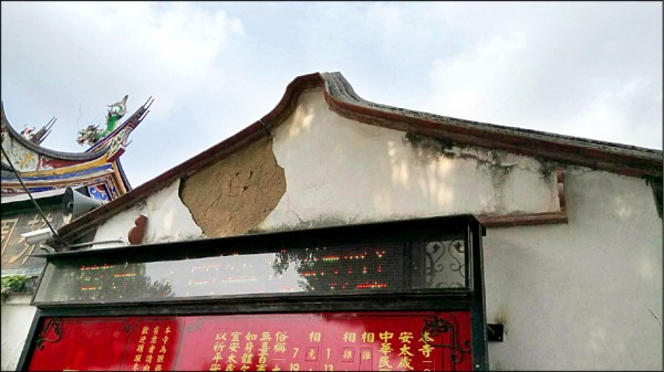 彰化縣芬園鄉寶藏寺屋頂位移、屋面瓦下滑,整修迫在眉睫。(彰化縣文化局提供)