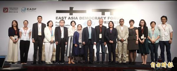 台灣民主基金會26日舉行「東亞民主論壇」,由基金會執行長徐斯儉主持,並邀請演講者與貴賓合影。(記者方賓照攝)