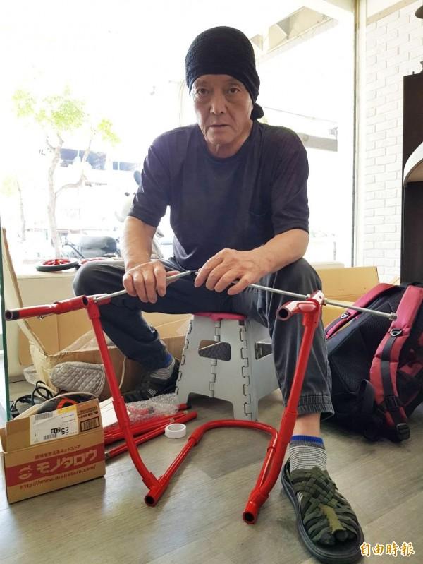 日本職人赤木義和跨海來台幫「太陽餅」量身訂做車輪椅。(記者陳文嬋攝)