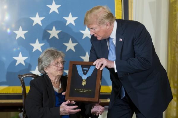 週二川普追授榮譽勳章給已故陸軍中尉康納,由遺孀寶琳代表收下。(歐新社)