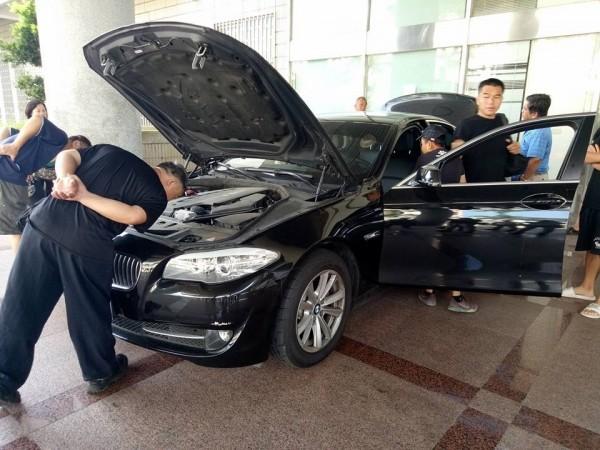 被拍賣的BMW523i停放在苗栗地檢署大門前,供參加競標的買家鑑賞。(圖由蔡姓讀者提供)
