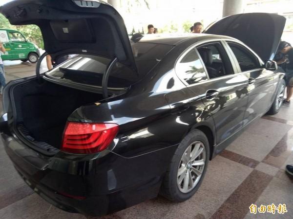 被拍賣的BMW523i停放在苗栗地檢署大門前,供參加競標的買家鑑賞,結果由台中市董姓中古車商以83萬元得標,但他得標後苦笑「好貴!划不來」只能留下自己開。(圖由蔡姓讀者提供)