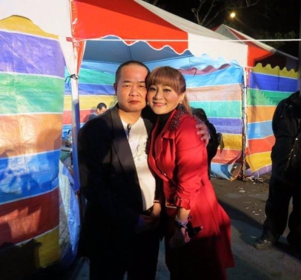 遭槍殺的角頭游國興交友廣闊,還曾跟藝人王彩樺同框合影。(記者翻攝自網路)