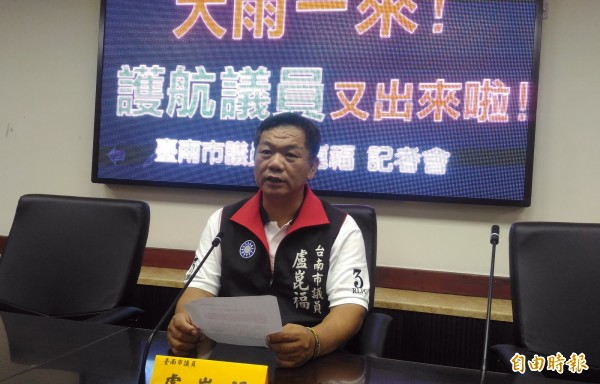 國民黨台南市議會黨團書記長盧崑福開記者會,質疑民進黨議員在大雨造成災害後,非但不監督,卻一昧護航市府。(記者蔡文居攝)