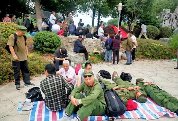 匿名人士25日提供的照片顯示,大批老兵22日在江蘇省鎮江市集結抗爭。據傳警方暴力鎮壓,釀成至少三人死亡、五百人輕重傷。(法新社)