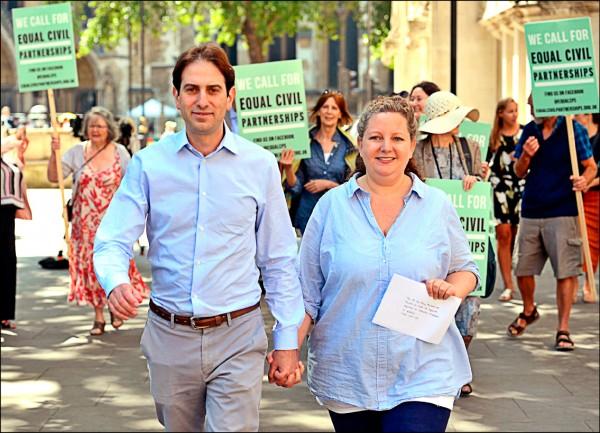 英國男子凱丹(左)和另一半史坦菲德,籲英國政府儘快修法,讓異性伴侶擁有民事結合關係。(美聯社)