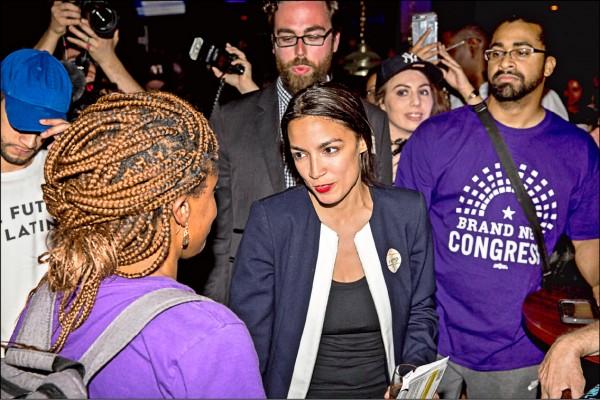 年僅二十八歲的「無名女孩」科特茲(中),二十六日在民主黨初選中擊敗現任眾議員克勞利後,向支持者致謝。(法新社)
