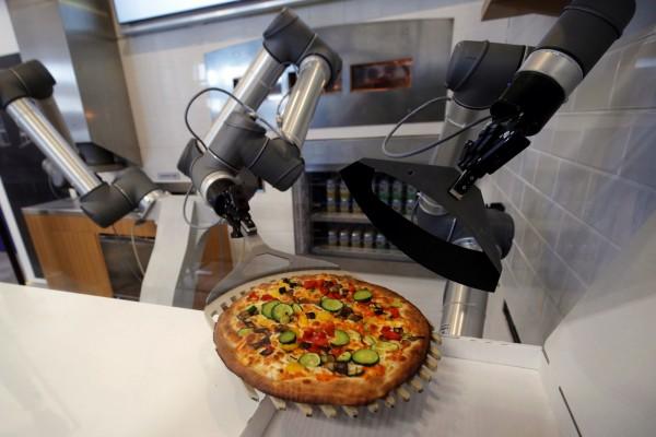 近期法國科技公司推出一款比薩機器人,最快30秒內能完成一張比薩。(路透)