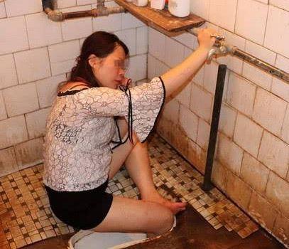 中國廣西玉林一名女子疑似因為角腳滑,右腳不慎踩進蹲式馬桶的便池內。(圖擷取自微博)