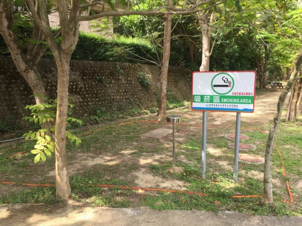 吸菸區設有告示牌,吸菸需在紅線框內。(記者黃旭磊翻攝)