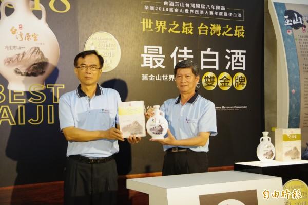 嘉義酒廠廠長鍾國材(右)說,嘉義酒廠是台灣第一個生產高粱酒的酒廠,擁有超過一甲子的製酒技術,並有獨特的甕藏條件。(記者曾迺強攝)☆飲酒過量  有害健康  禁止酒駕☆