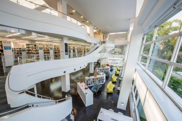 暨大附中圖書館以白色和透明玻璃為主調。(暨大附中提供)